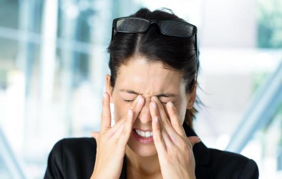 Болят глаза как будто давят, причины боли при надавливании на глазное яблоко